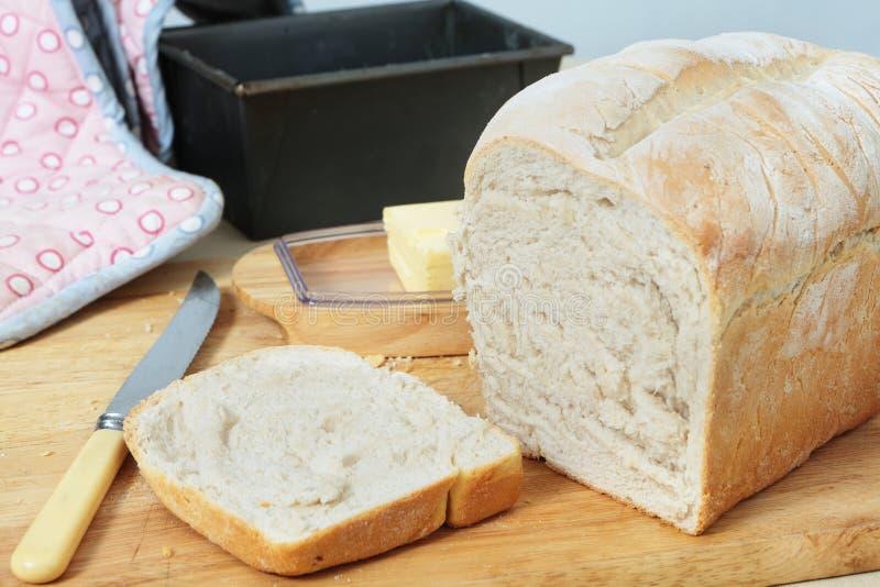 Frisches gebackenes Brot geschnitten lizenzfreies stockbild