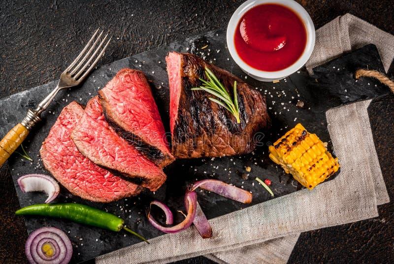 Frisches gegrilltes Rindfleisch, selbst gemachtes bbq-Fleisch halb gar, auf schwarzem ston stockfotos