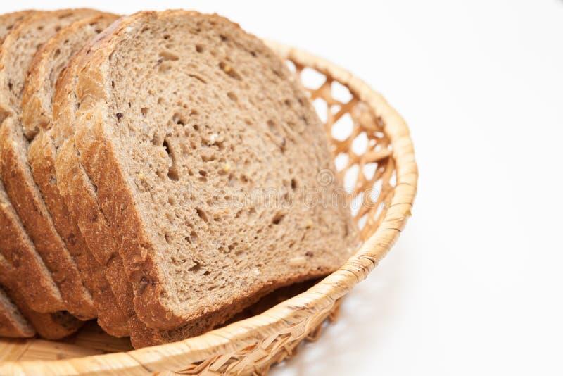 Frisches, geschnittenes Brot in Körbchenplatte, auf weißem Grund isoliert, dicht beieinander stockbilder