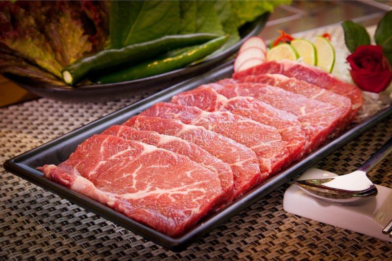 Frisches geschnittenes Rindfleisch mit Kalk, grünem Paprika, Kopfsalat und Rettich stockbilder