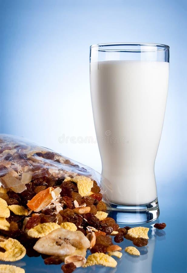 Frisches Glas Milch und geschlossener Satz muesli stockbilder