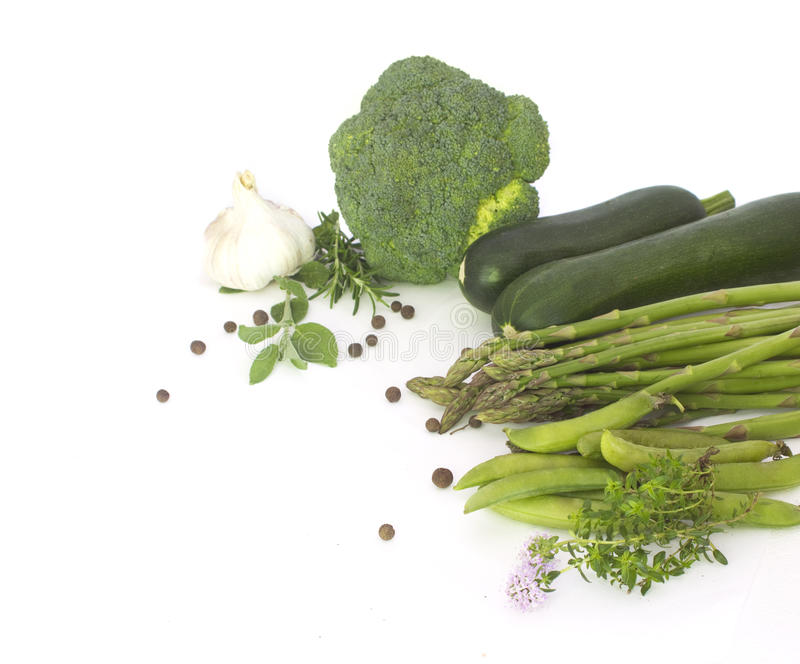 Frisches grünes Gemüse auf Weiß lizenzfreie stockbilder