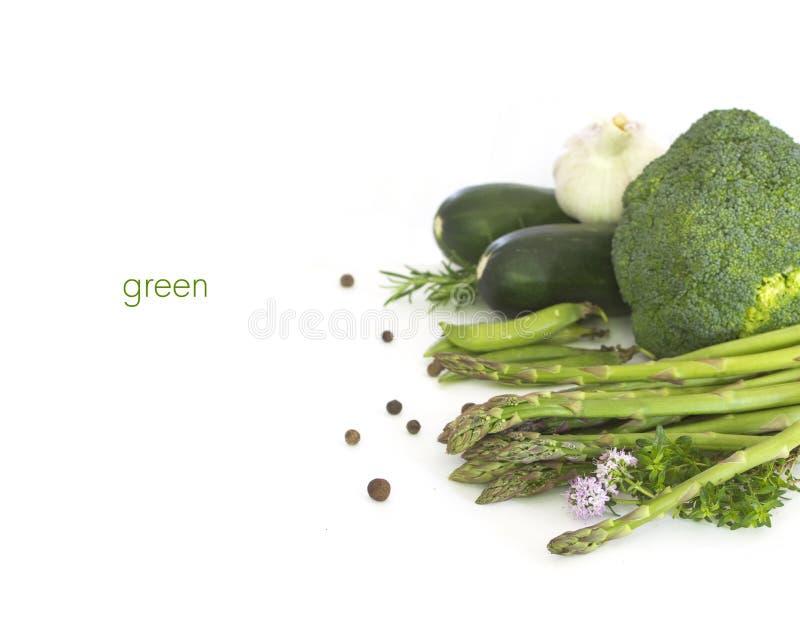 Frisches grünes Gemüse auf Weiß stockbilder