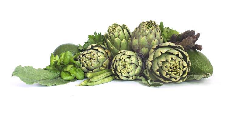 Frisches grünes Gemüse auf Weiß stockfotografie