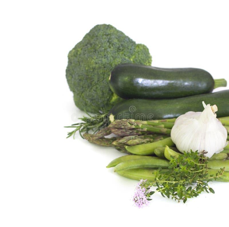 Frisches grünes Gemüse lokalisiert auf Weiß stockfotografie
