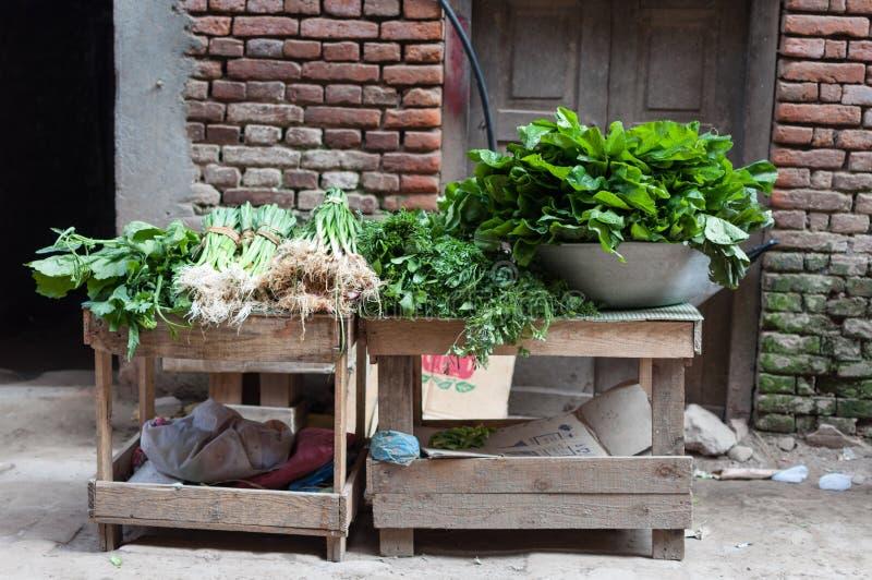 Frisches grünes Gemüse und Spinatsverkauf auf einem der vielen Märkte in Nepal stockfoto