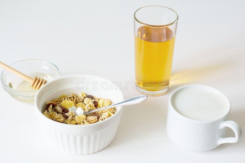 Frisches Granola des gesunden Fr?hst?cks auf einem wei?en Hintergrund lizenzfreie stockbilder