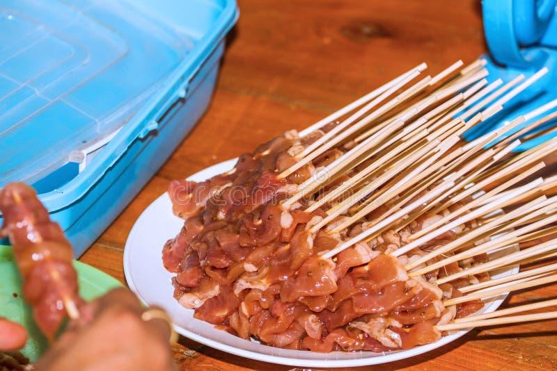 Frisches Grill-Schweinefleisch vereinbart in einem Teller Siamesische traditionelle Nahrung stockfotos