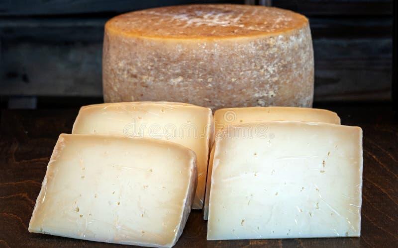 Frisches köstliches gesundes Käse-Rad, mit vier Käse-Scheiben im Vordergrund lizenzfreie stockfotos