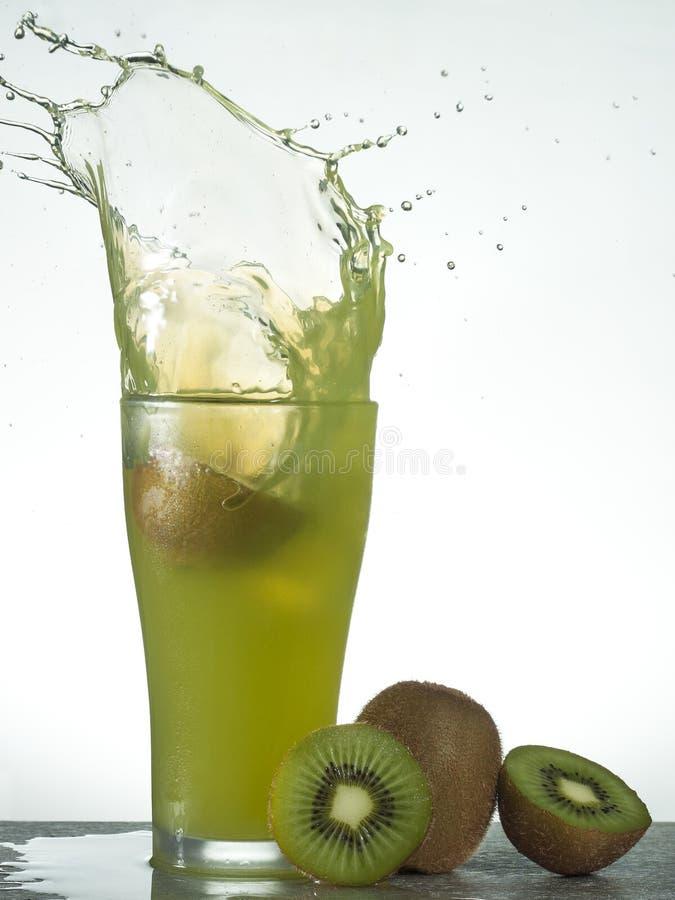 Download Frisches Kiwifruchtsaftspritzen Stockfoto - Bild von gesundheit, glas: 96931828