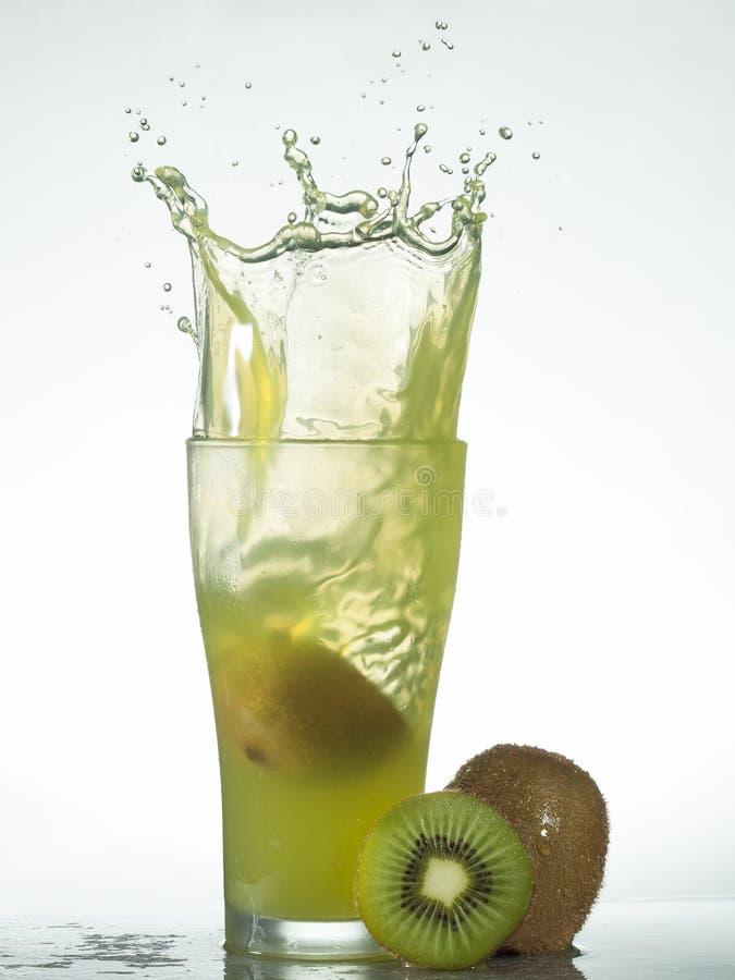 Download Frisches Kiwifruchtsaftspritzen Stockfoto - Bild von gesundheit, wohlriechend: 96931908