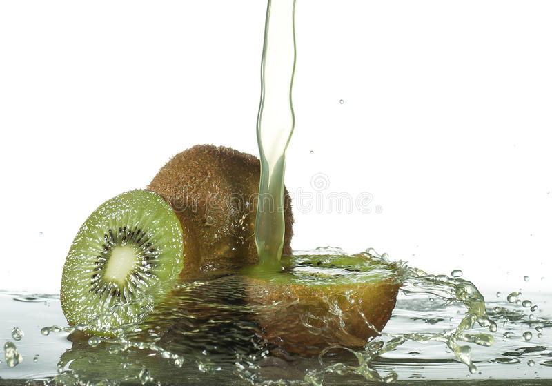 Download Frisches Kiwifruchtsaftspritzen Stockfoto - Bild von gesund, grün: 96931946