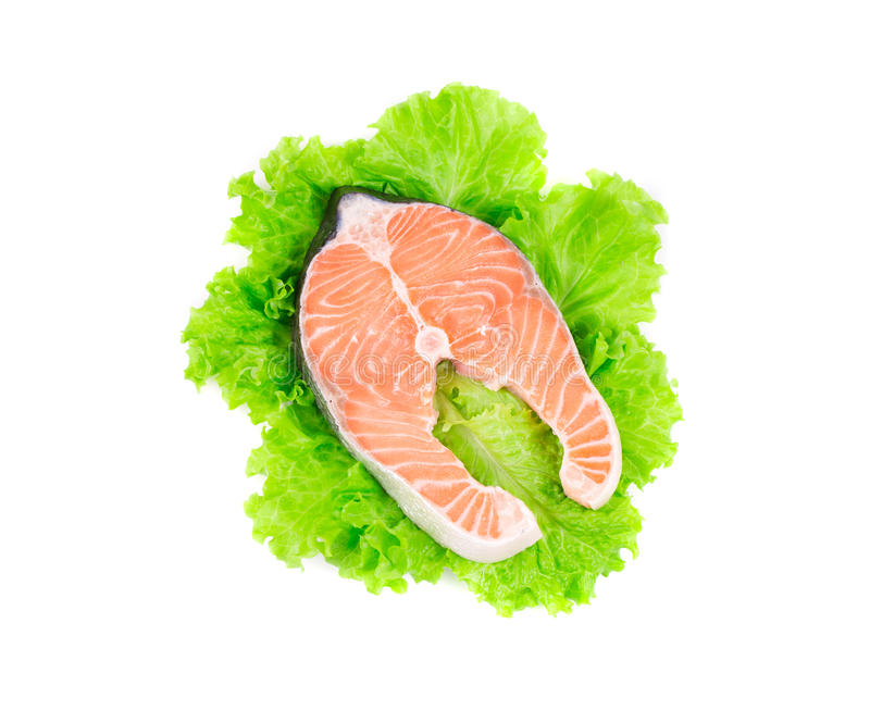 Frisches Lachssteak auf Kopfsalatblättern stockbilder