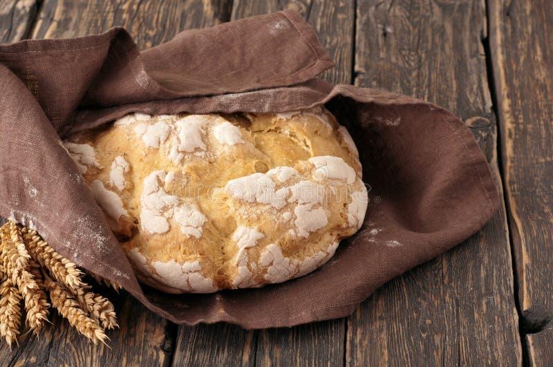 Frisches Laib des selbst gemachten Brotes eingewickelt im Gewebe stockbilder