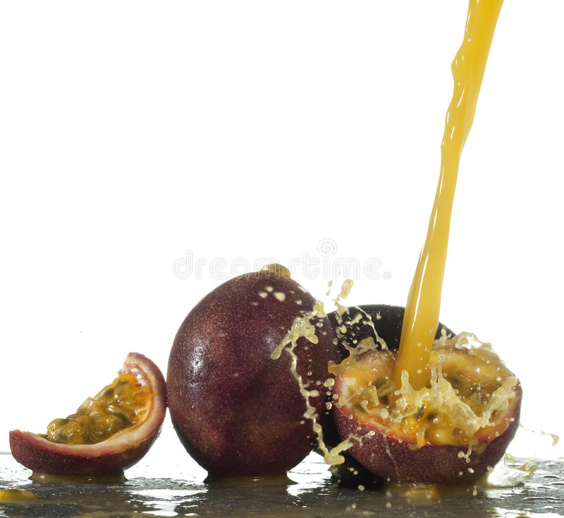 Download Frisches Maracujafruchtsaftspritzen Stockfoto - Bild von getränk, jedes: 96931742