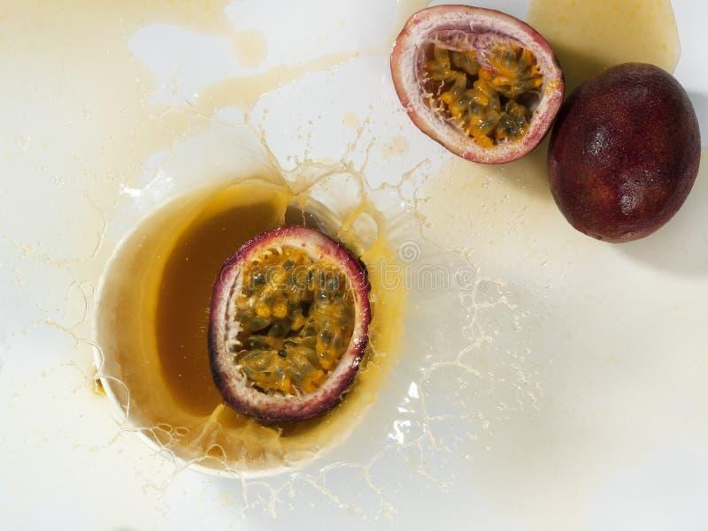 Download Frisches Maracujafruchtsaftspritzen Stockfoto - Bild von glas, köstlich: 96934868