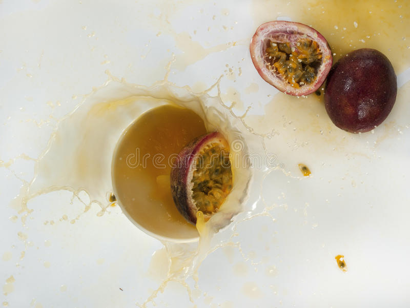 Download Frisches Maracujafruchtsaftspritzen Stockbild - Bild von leben, hintergrund: 96935023