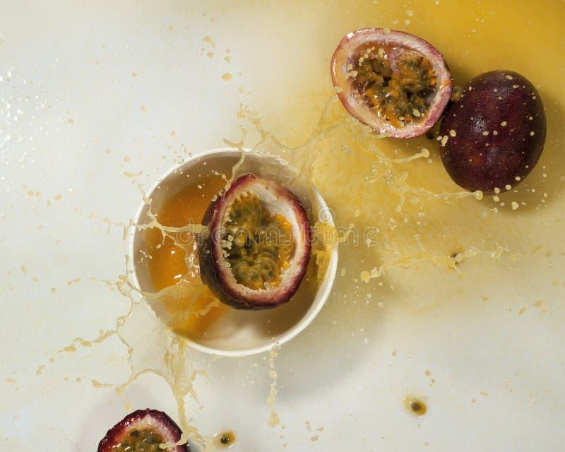 Download Frisches Maracujafruchtsaftspritzen Stockbild - Bild von köstlich, jedes: 96935059