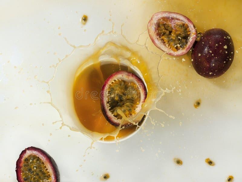 Download Frisches Maracujafruchtsaftspritzen Stockfoto - Bild von kommerziell, kunst: 96935098