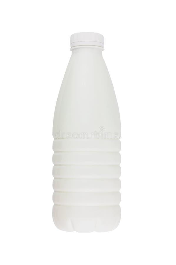 Frisches Milchprodukt in der vollen Plastikflasche für die Milch, Kefir oder Jogurt lokalisiert auf weißem Hintergrund stockfoto