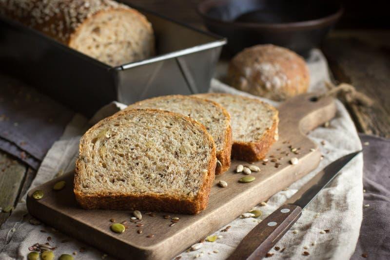Frisches multigrain Brot auf rustikalem Hintergrund lizenzfreie stockfotos