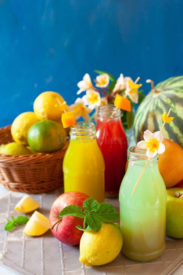Frisches Obst, Beeren und Gemüsesaft auf hellblauem Hintergrund Eigenes erfrischendes Getränk stockfoto