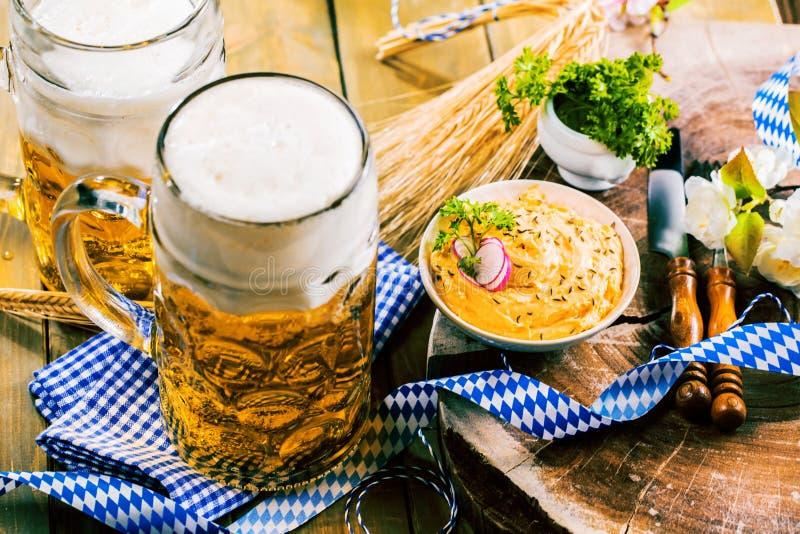 Frisches Oktoberfest-Bier auf Holztisch lizenzfreies stockbild