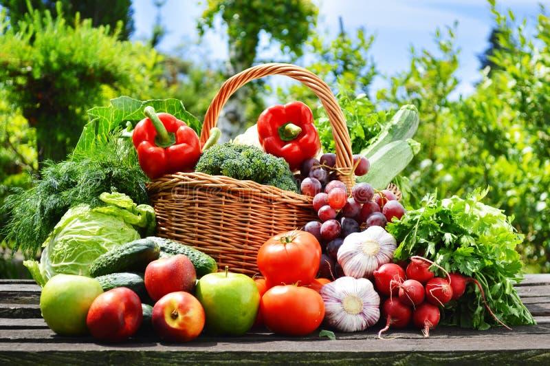 Frisches organisches Gemüse im Weidenkorb im Garten stockfoto