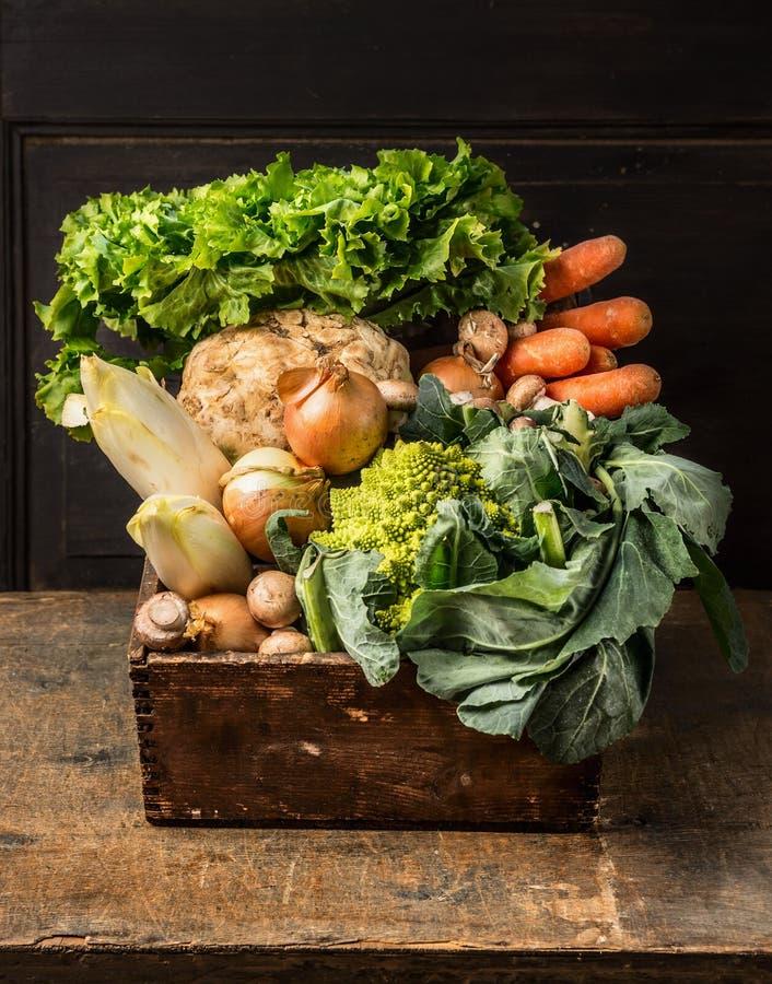 Frisches organisches Gemüse vom Garten in der alten rustikalen Holzkiste lizenzfreies stockbild