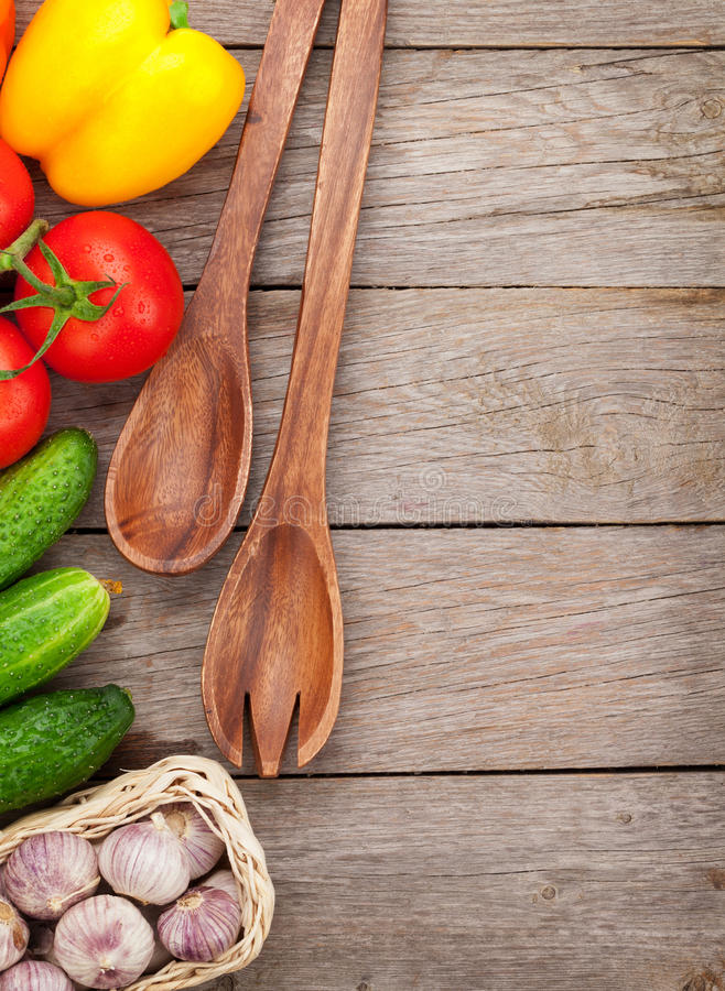 Frisches reifes Gemüse und Geräte auf Holztisch stockbilder