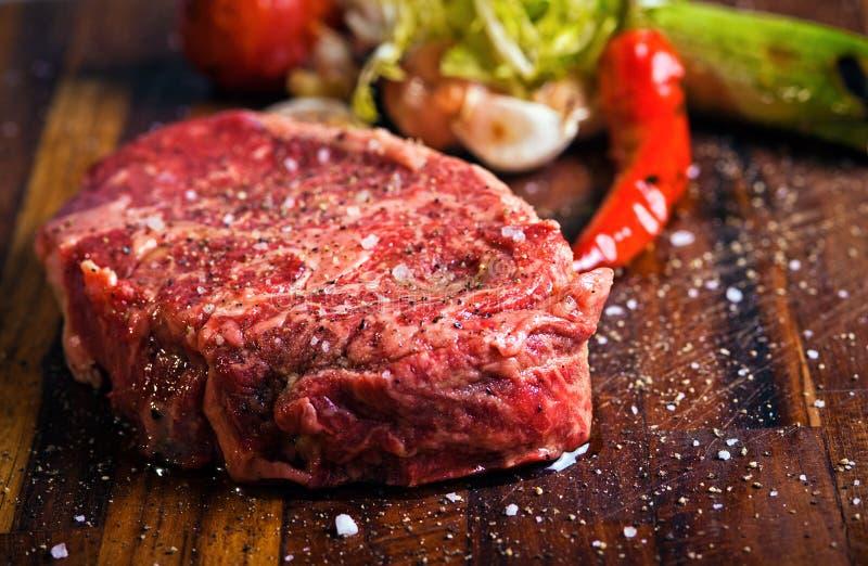 Frisches rohes Fleisch auf Ausschnittvorstand stockbild