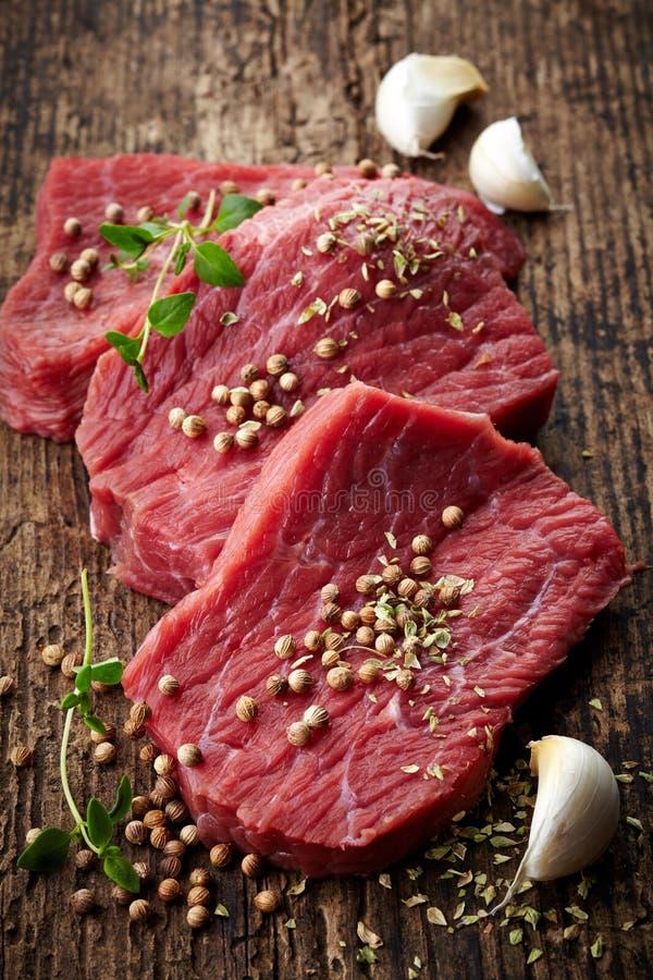 Frisches rohes Fleisch für Steak lizenzfreies stockbild