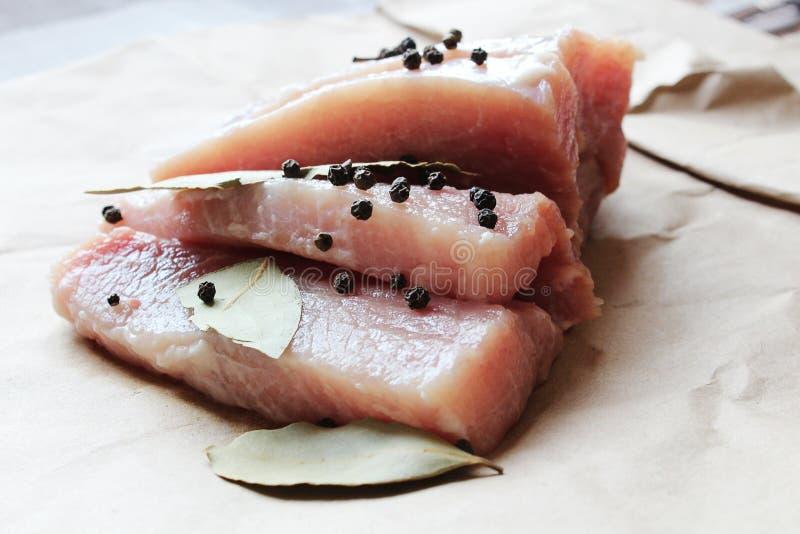 Frisches rohes Fleisch SliÑ- es mit Pfeffer lizenzfreies stockbild