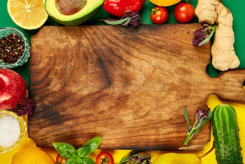Frisches rohes Gemüse, Frucht und Bestandteile für das gesunde Kochen stockfoto