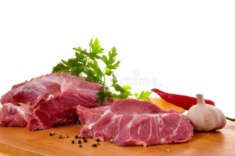 Frisches rohes Schweinefleisch an Bord stockfoto