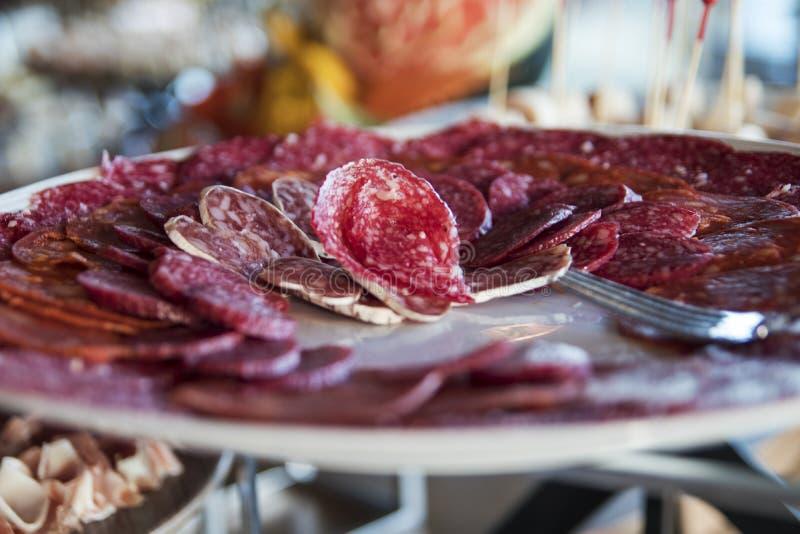 Frisches Salami-Buffet lizenzfreie stockbilder