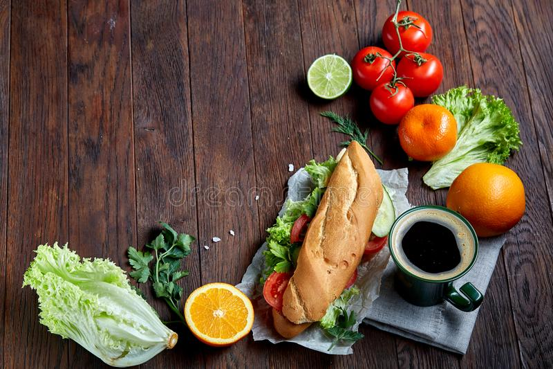 Frisches Sandwich mit Kopfsalat, Tomaten, Käse auf hölzerner Platte, Tasse Kaffee auf hölzernem Hintergrund, selektiver Fokus lizenzfreie stockfotos