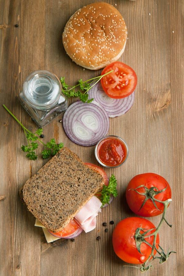 Frisches Sandwich mit Tomaten, Zwiebel und Ketschup stockbild