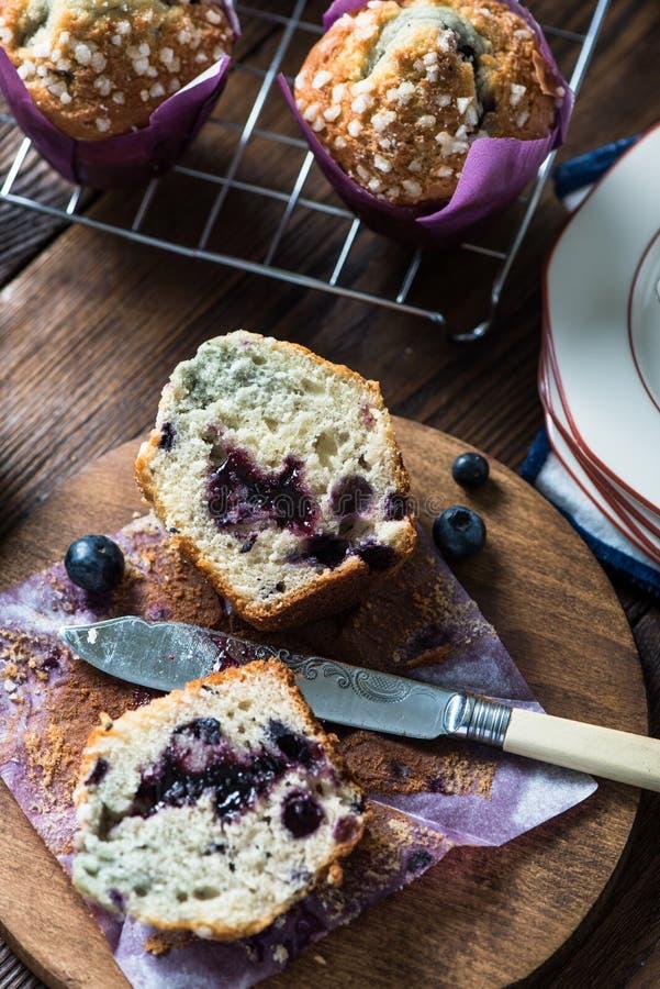 Frisches selbst gemachtes Blaubeermuffin, Schnitt zur Hälfte stockfotos