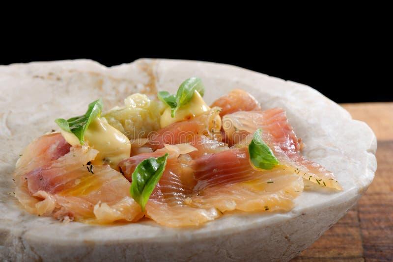 Frisches Thunfisch carpaccio mit Basilikum stockfoto