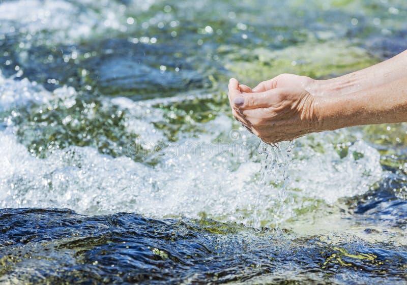 Frisches Trinkwasser vom Fr?hlingsstrom stockfotos