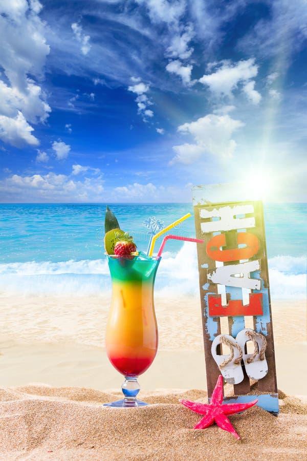 Frisches tropisches Cocktail auf schönem Strand lizenzfreie stockfotos