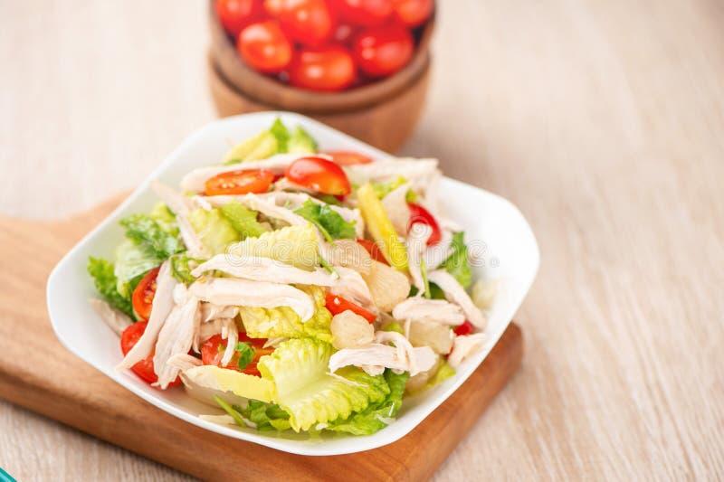 Frisches und köstliches selbst gemachtes Geflügelsalat mit Tomaten und pom lizenzfreies stockfoto