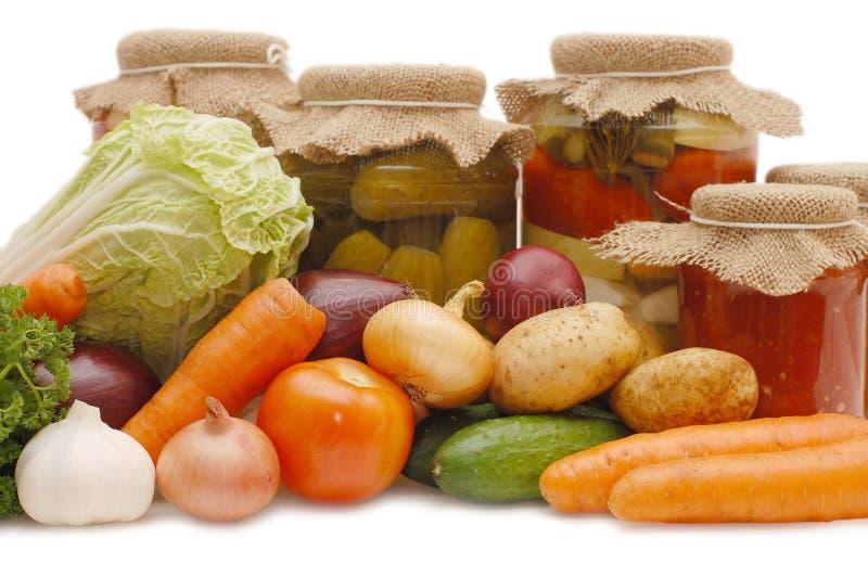 Frisches und konserviertes Gemüse stockbild