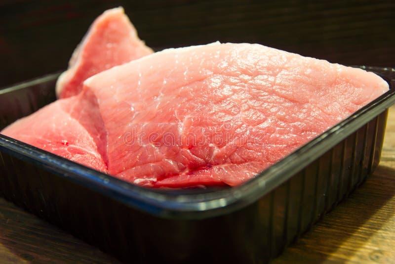 Frisches und saftiges gemarmortes Rindfleischsteak Kauf in der Fleisch Abteilung lizenzfreie stockbilder