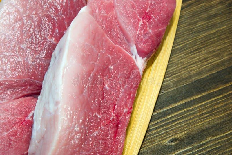 Frisches und saftiges gemarmortes Rindfleischsteak Kauf in der Fleisch Abteilung stockbilder