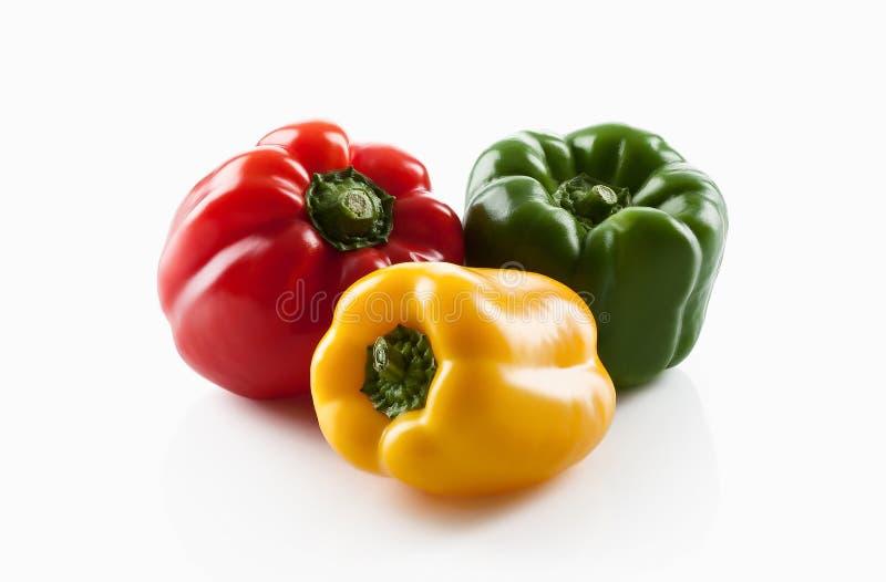 Frisches vegetables Drei süße Rote, gelb, Isolat der grünen Paprikas stockbild