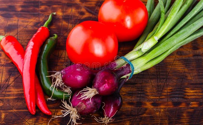 Frisches vegetables Organische Tomaten Hei?e Pfeffer Buntes Gem?se Geschmackvoll und Schnittlauche nutrGreen Bestandteilteller Kr lizenzfreie stockfotos
