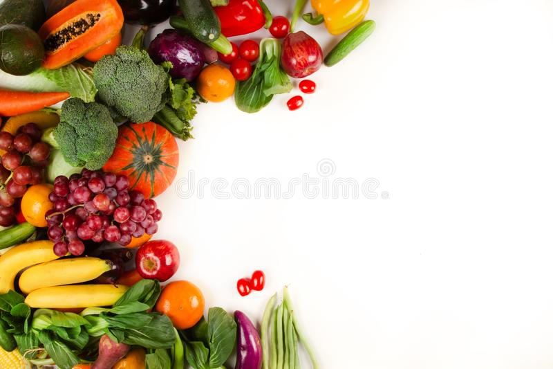 Frisches verschiedenes Gemüse und Früchte setzten an lokalisierten weißen Hintergrund lizenzfreie stockfotografie