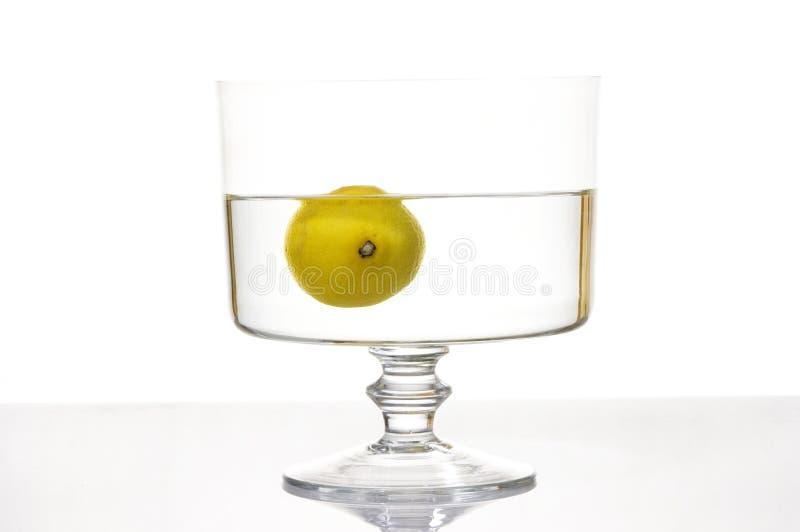 Frisches Zitronespritzen in Wasser stockbilder
